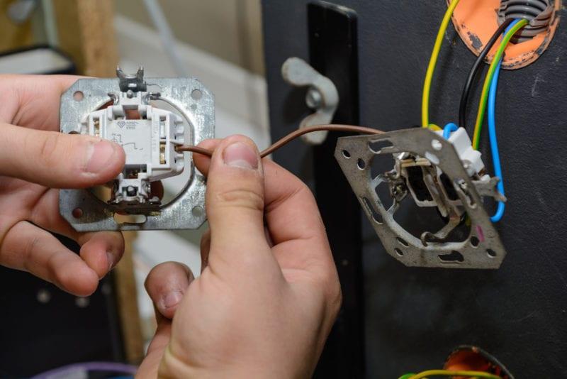 Elektriker installiert Schalteranlage